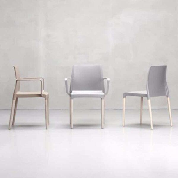 chaise-restaurant-pied-bois-coque-plastique-design-ines-mon-amour-scab