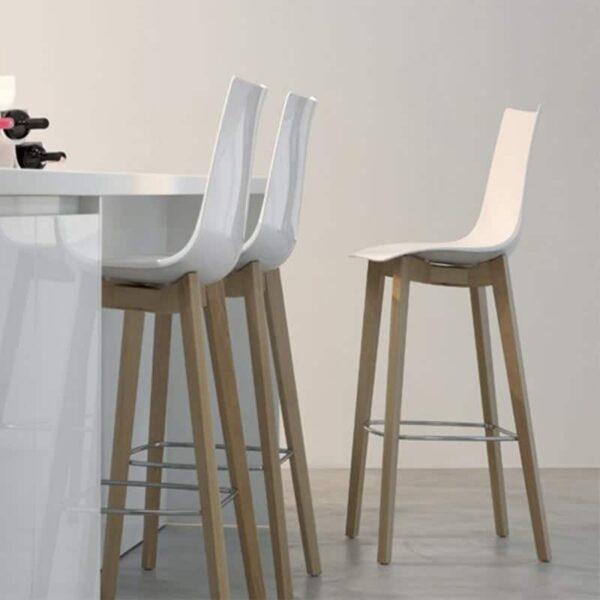 chaises-de-bar-design-coque-blanche-pied-bois-zebra-natural-scab