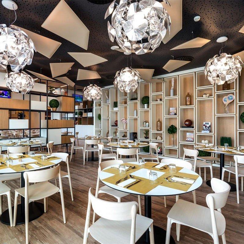 inspiration-agencement-restaurant-chaises-bois-naturel-nemea-pedrali