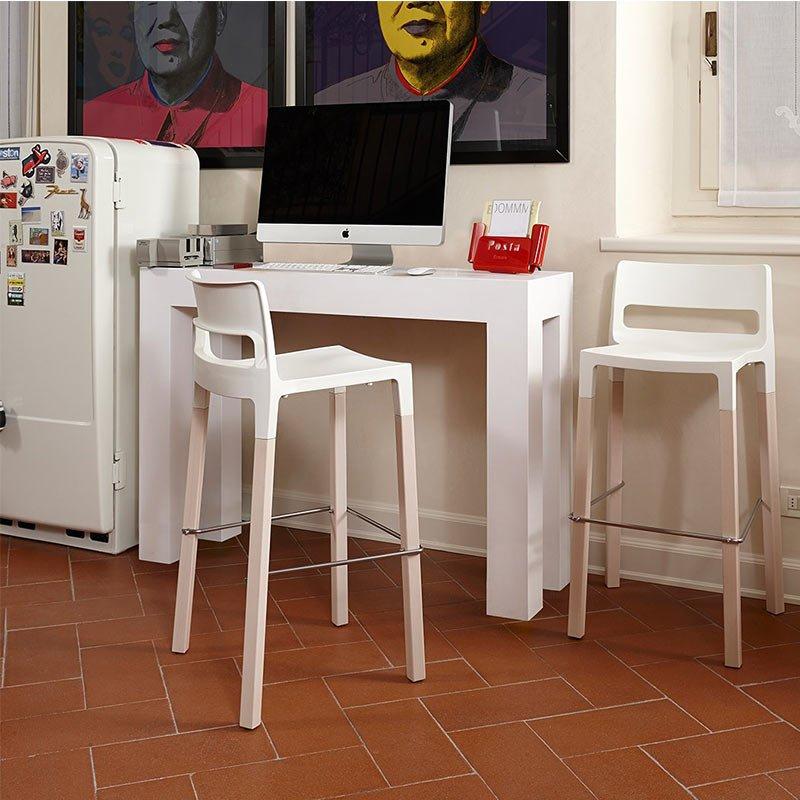 mobilier-bar-chaises-hautes-assise-plastique-pieds-bois-natural-divo-scab