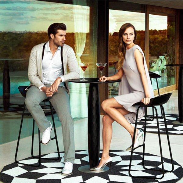 mobilier-terrasse-restauration-hotellerie-tabourets-bar-vases-noirs-vondom
