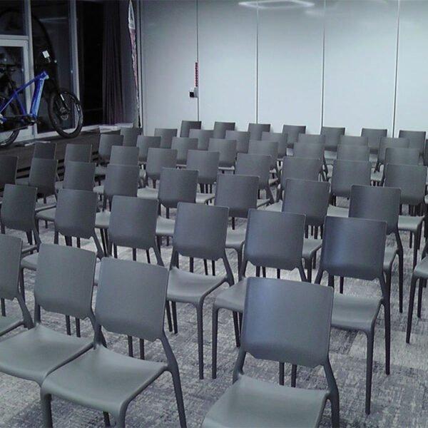mobilier-professionnel-chaises-de-reunion-empilable-grises-siriel-scab