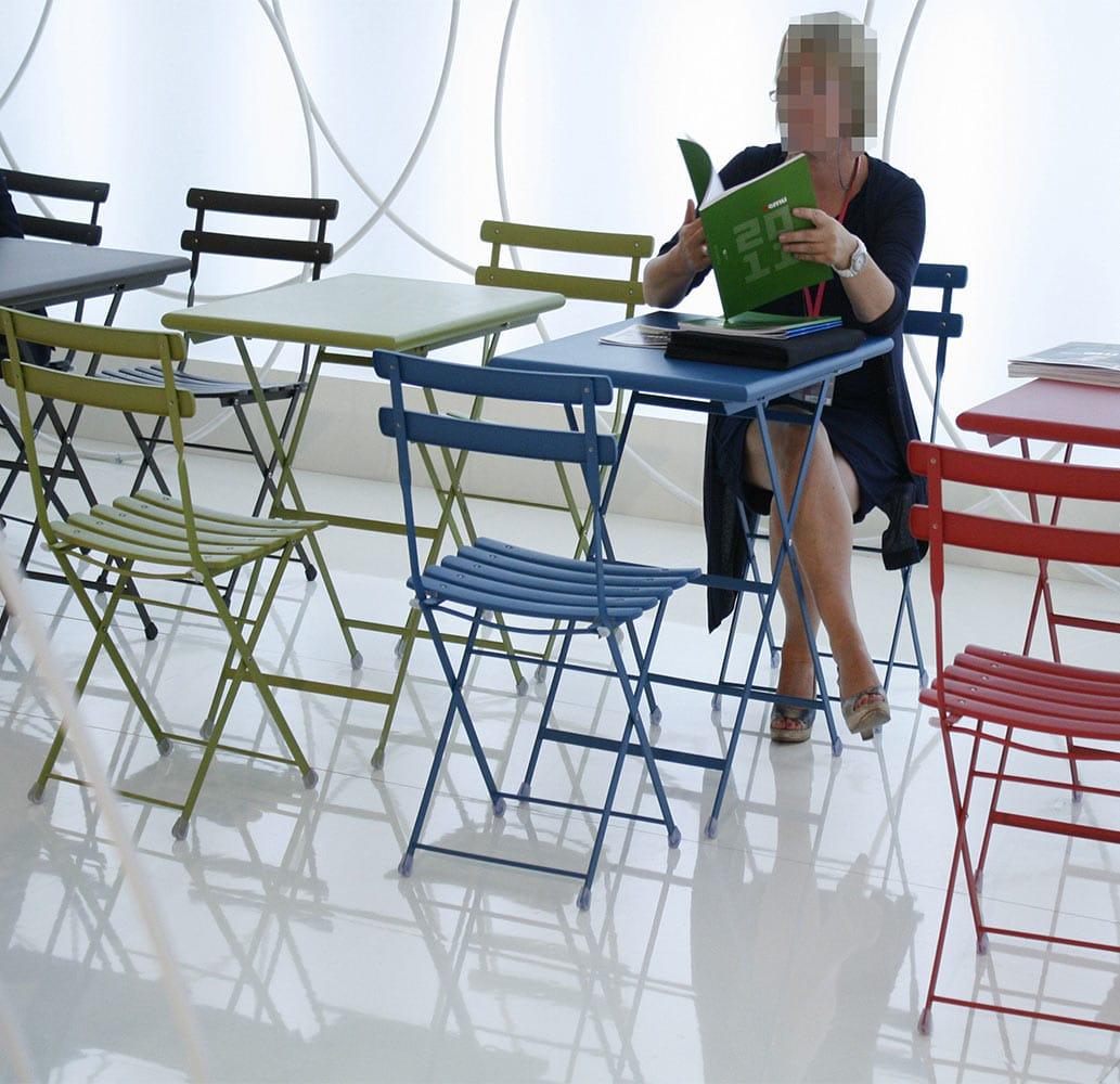mobilier-fer-restaurant-tables-pliantes-arc-en-ciel-emu