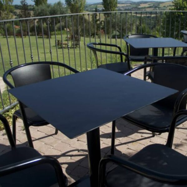 mobilier-terrasse-professionnel-tables-design-noires-carrees-ax-et-al
