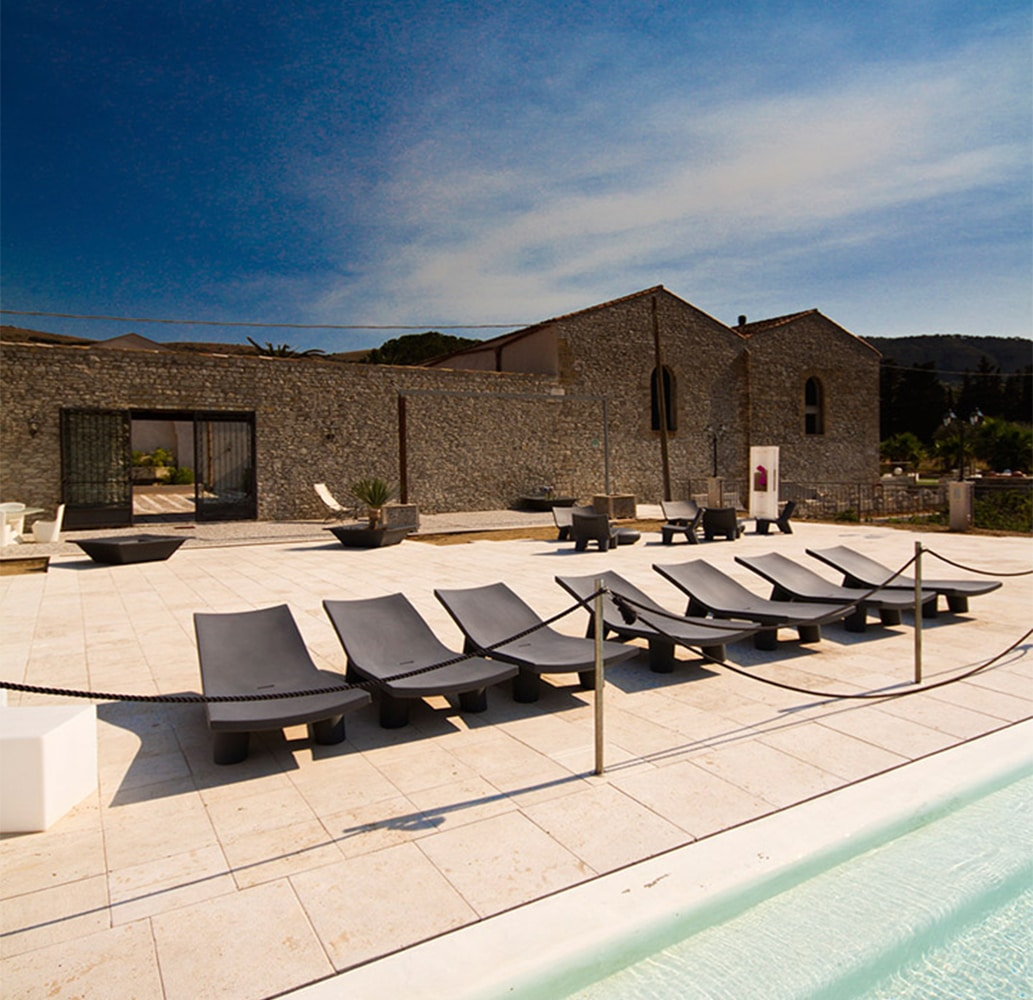 bains-de-soleil-design-professionnels-noirs-lita