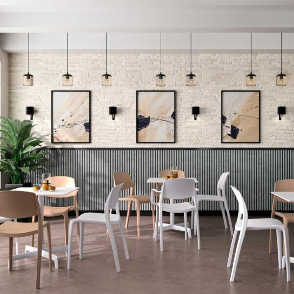 mobilier-bar-restaurant-chaises-empilables-terrasse-blanches