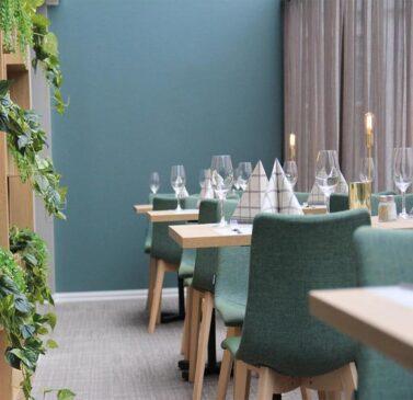 mobilier-restaurant-bois-chaises-tissu-natural-zebra